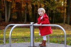 Lachendes kleines Mädchen, das im Park spielt Lizenzfreie Stockbilder