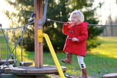 Lachendes kleines Mädchen, das im Park spielt Stockfoto