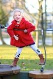 Lachendes kleines Mädchen, das im Park spielt Stockbild