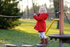 Lachendes kleines Mädchen, das im Park spielt Stockfotografie