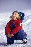 Lachendes kleines Mädchen im Schnee Lizenzfreie Stockfotos