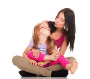 Lachendes Kleinkindmädchen des kleinen Schätzchens, welches die Mamma tut Spaß spielt Lizenzfreies Stockfoto