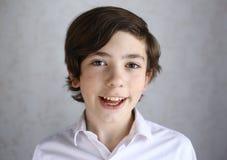 Lachendes lächelndes Porträt des jugendlichen Jungen Lizenzfreie Stockbilder