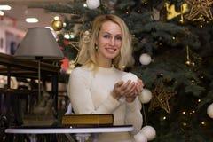 Lachendes langes Haarfrauen-Feier Weihnachten Stockbild