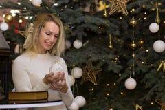 Lachendes langes Haarmädchen-Feier Weihnachten Lizenzfreies Stockbild