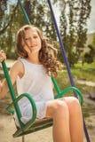 Lachendes Mädchen auf einem Schwingen Stockfotos