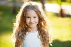 Lachendes Mädchen auf Gras Stockfotografie