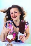 Lachendes Mädchen, das Kaffee genießt Stockbilder