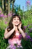 Lachendes Mädchen im rosafarbenen Kleid Stockfotos