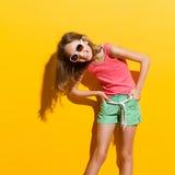 Lachendes Mädchen im Sonnenlicht Stockfotos