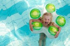 Lachendes Mädchen im Wasser Lizenzfreie Stockbilder