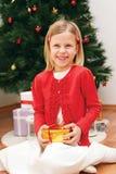 Lachendes Mädchen mit einem Geschenk Lizenzfreie Stockfotos