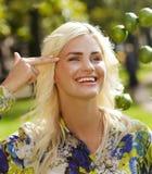 Lachendes Mädchen mit Kalken im Park Stockfotografie