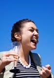 Lachendes Mädchen mit Süßigkeit in ihrem Mund Stockbilder