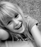 Lachendes Mädchen auf Plättchen Stockfoto