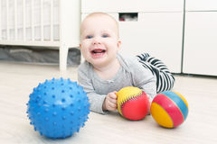 Lachendes 6-monatiges nettes Baby spielt Bälle Lizenzfreies Stockbild