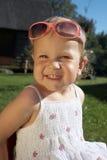 Lachendes nettes Mädchen mit Sonnenbrillen Stockfotografie