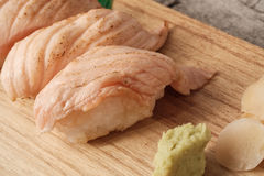 Lachs-aburi Sushi oder Lachsbrand Lizenzfreie Stockbilder