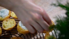 Lachs- und creamcheese Hauche Profiteroles oder Canape stock footage