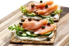 Lachs-und Frischkäse-Cracker Lizenzfreies Stockfoto