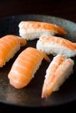 Lachs-und Garnele-Sushi Lizenzfreie Stockfotografie