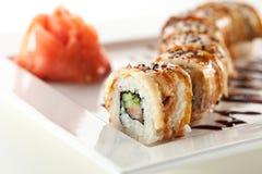 Lachs- und geräucherte Aal Maki Sushi Lizenzfreie Stockfotos