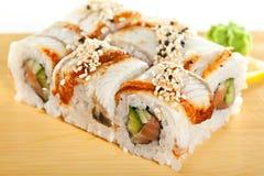 Lachs- und geräucherte Aal Maki Sushi Stockfoto