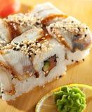 Lachs- und geräucherte Aal Maki Sushi Stockfotos