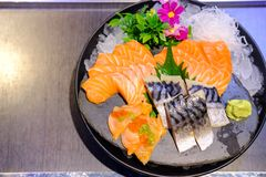 Lachs- und Saba Sashimi Japanese-Lebensmittel, berühmt und köstlich lizenzfreies stockfoto