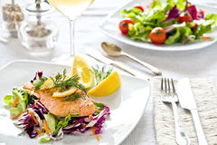 Lachs-und Salat-Mahlzeit Lizenzfreie Stockfotos