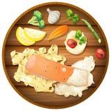 Lachs-und Teigwaren-Sahnesauce auf hölzernem Brett Stockbilder