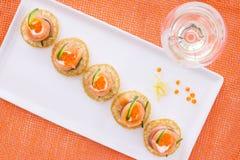 Lachsaperitif und Glas der Rebe, auf orange Hintergrund. Ansicht f Stockbild