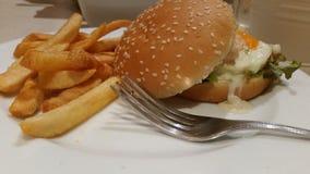 Lachsburger mit Kopfsalat und Weinstein Stockfotos