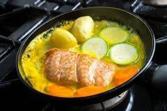 Lachse in der Wanne mit Gemüse in der Zitrusfruchtmarinade Stockbild