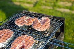 Lachse, die auf einem Grill kochen Stockfotografie