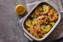 Lachse gebacken auf Ofen mit Reis und Zitrone stockfoto