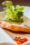 Lachse gießen mit teriyaki Soße Stockbild