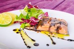Lachse mit einer Reduzierung des Balsamico-Essigs und des Zuckers Stockfoto