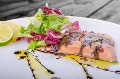 Lachse mit einer Reduzierung des Balsamico-Essigs und des Zuckers Stockfotos