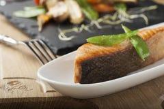 Lachse mit gebratenem Gemüse Lizenzfreies Stockfoto