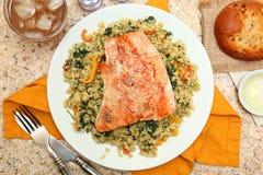 Lachse mit gebrochenem Freekeh-Salat Stockbilder