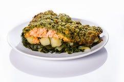 Lachse mit knusperiger Kruste, Kartoffeln und Mangoldgemüse Lizenzfreie Stockbilder