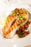 Lachse mit Pfeffer-Salsa Stockfoto