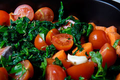 Lachse mit Spinat und Tomaten stockfoto