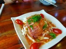 Lachse mit würzigem Salat lizenzfreies stockfoto