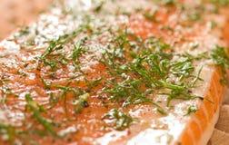 Lachse oder Regenbogenforelle mit dem Dill kochfertig Stockfotografie