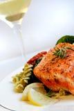 Lachse, Teigwaren-Salat und weißer Wein Lizenzfreie Stockbilder