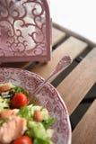 Lachse und Salat Stockfotografie