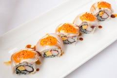 Lachseier der japanischen Küche und nachgemachtes Krabbe nigiri rollen Sushi Lizenzfreie Stockbilder