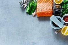 Lachsfilet mit frischen Bestandteilen Stockbild
